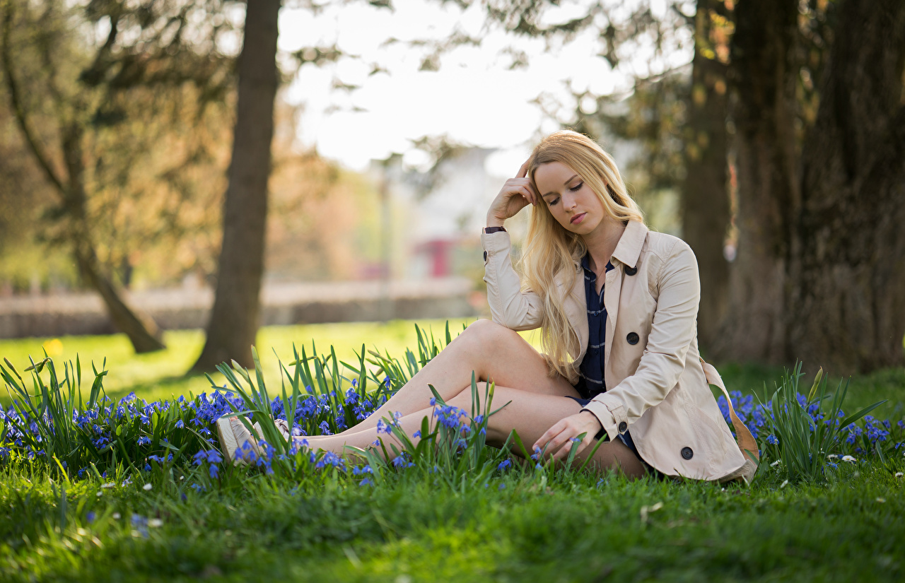 Bakgrundsbilder Blond tjej suddig bakgrund ung kvinna Ben Sitter Gräset Kavaj Bokeh Unga kvinnor