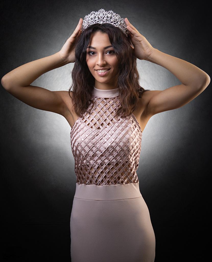 Fotos von Krone Braunhaarige Lächeln posiert junge frau Hand Kleid  für Handy Braune Haare Pose Mädchens junge Frauen