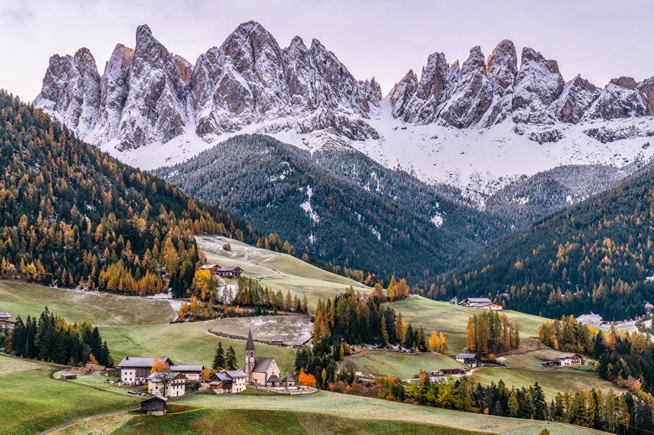 Desktop Hintergrundbilder Kirchengebäude Italien Dolomites, South Tyrol Natur Gebirge Bäume Kirche Berg