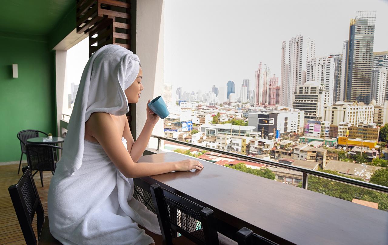 Foto Mädchens Hand Becher Sitzend Handtuch Wolkenkratzer junge frau junge Frauen sitzt sitzen