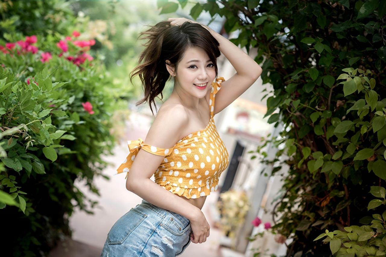 Desktop Hintergrundbilder Braunhaarige Lächeln unscharfer Hintergrund junge Frauen Asiatische Hand Starren Braune Haare Bokeh Mädchens junge frau Asiaten asiatisches Blick