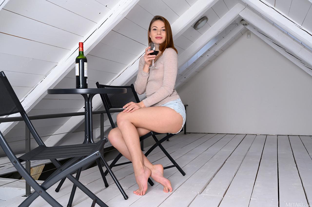 Картинка Hilary C Вино девушка Ноги Сидит бокал Шорты Бутылка Взгляд Девушки молодая женщина молодые женщины ног сидя шорт Бокалы шортах сидящие бутылки смотрит смотрят