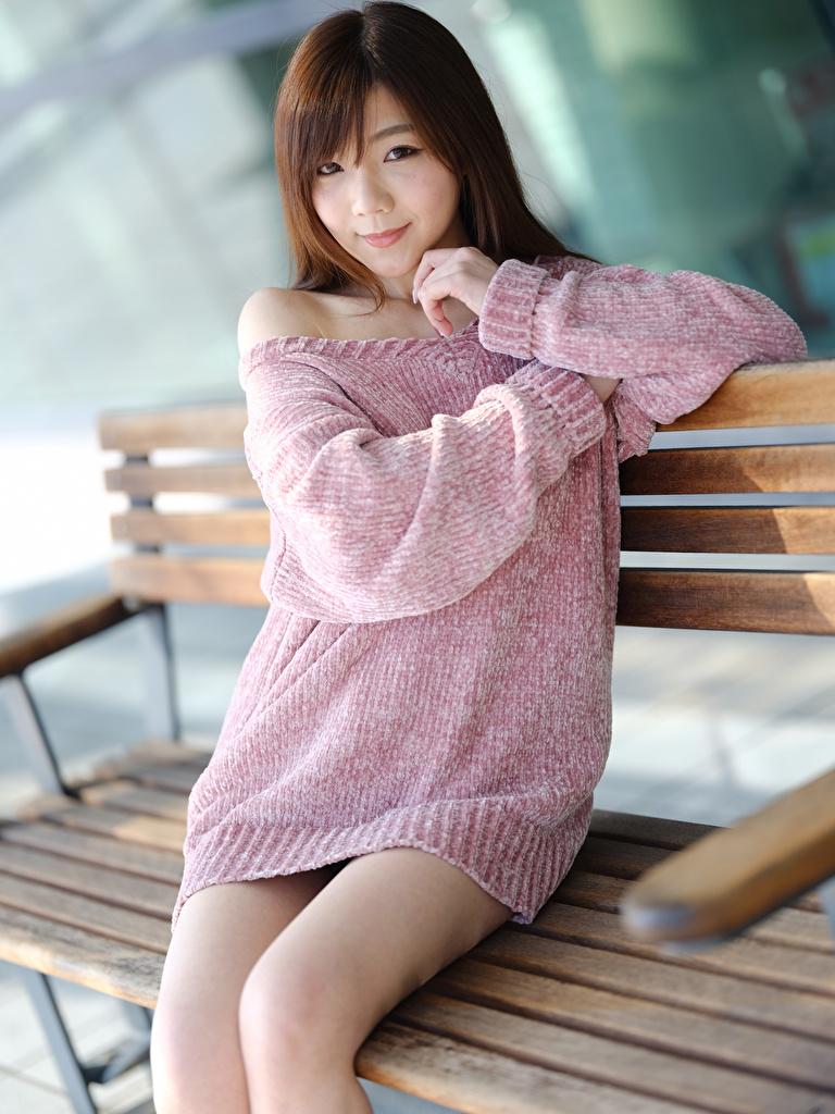Bilder von Lächeln Bokeh junge frau Sweatshirt asiatisches sitzt Bank (Möbel) Blick  für Handy unscharfer Hintergrund Mädchens junge Frauen Asiaten Asiatische sitzen Sitzend Starren