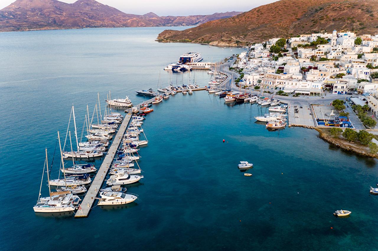 Bilder von Griechenland Adamas. Milos Bucht Jacht Von oben Motorboot Bootssteg Haus Städte Yacht Seebrücke Schiffsanleger Gebäude