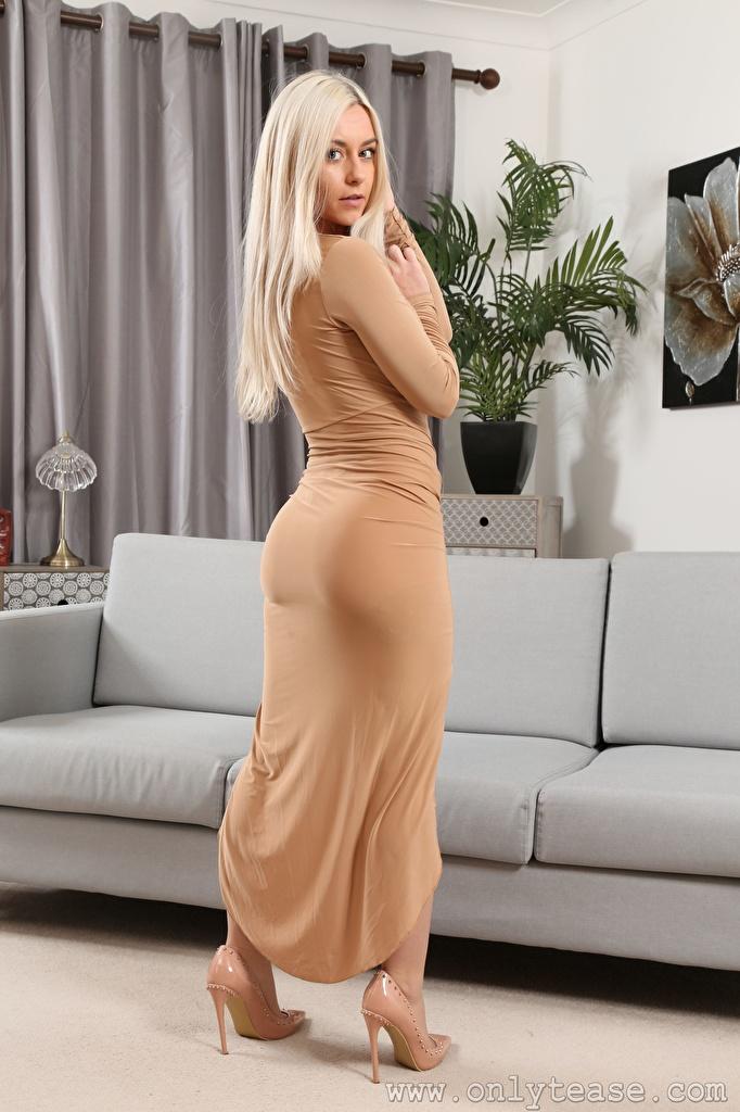 Bakgrundsbilder Elle M Only Blond tjej Unga kvinnor soffa Blick Klänning Dam klackar  till Mobilen ung kvinna Divan ser