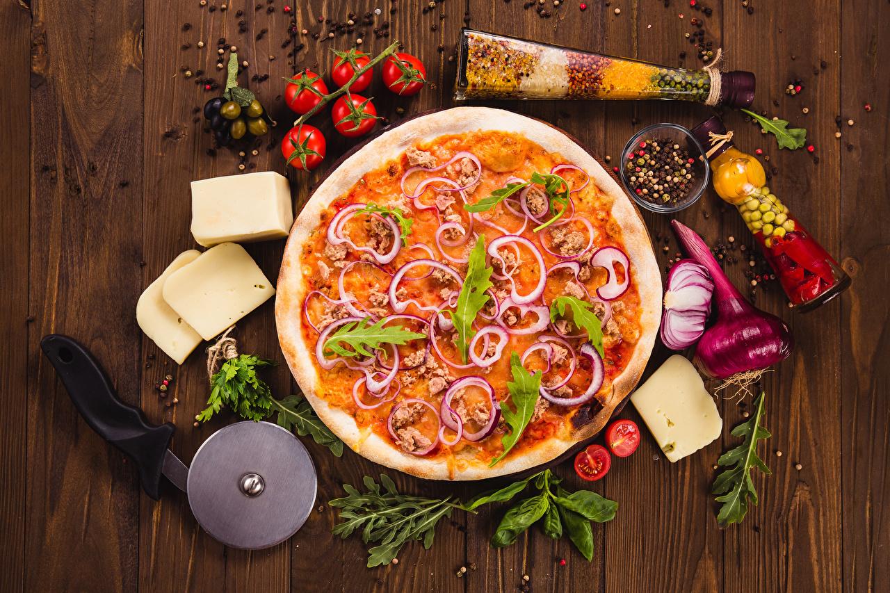 Bilder Pizza Tomaten Zwiebel Käse Fast food Gewürze das Essen Bretter Tomate Lebensmittel