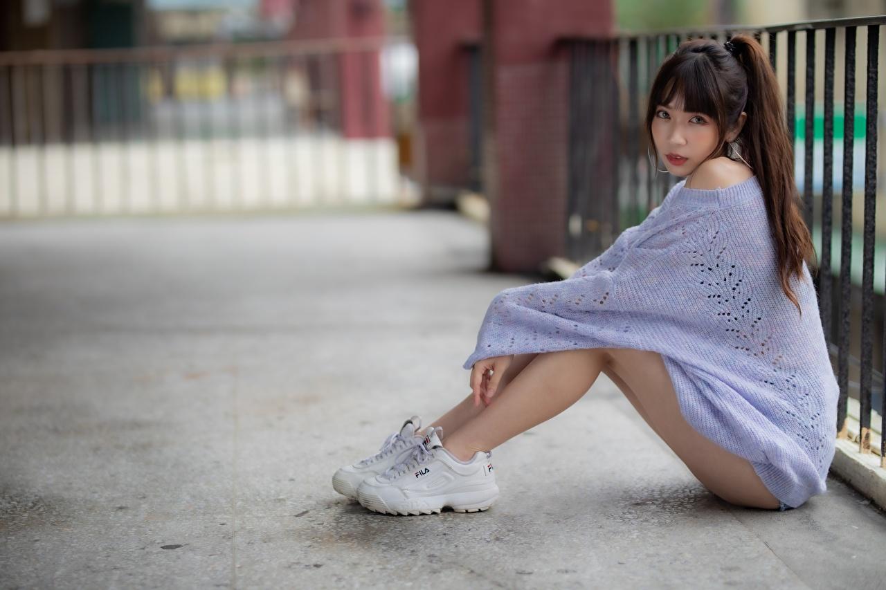 Foto Braunhaarige Bokeh Turnschuh Mädchens Bein Asiaten Sweatshirt sitzt Braune Haare unscharfer Hintergrund junge frau sportschuhe junge Frauen Asiatische asiatisches sitzen Sitzend
