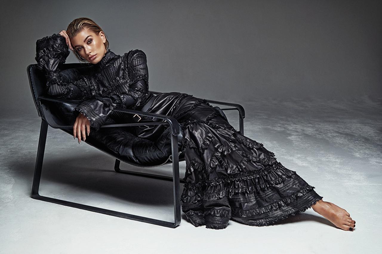 Desktop Hintergrundbilder Hailey Baldwin Pose Mädchens Sessel Starren Prominente Kleid posiert junge frau junge Frauen Blick