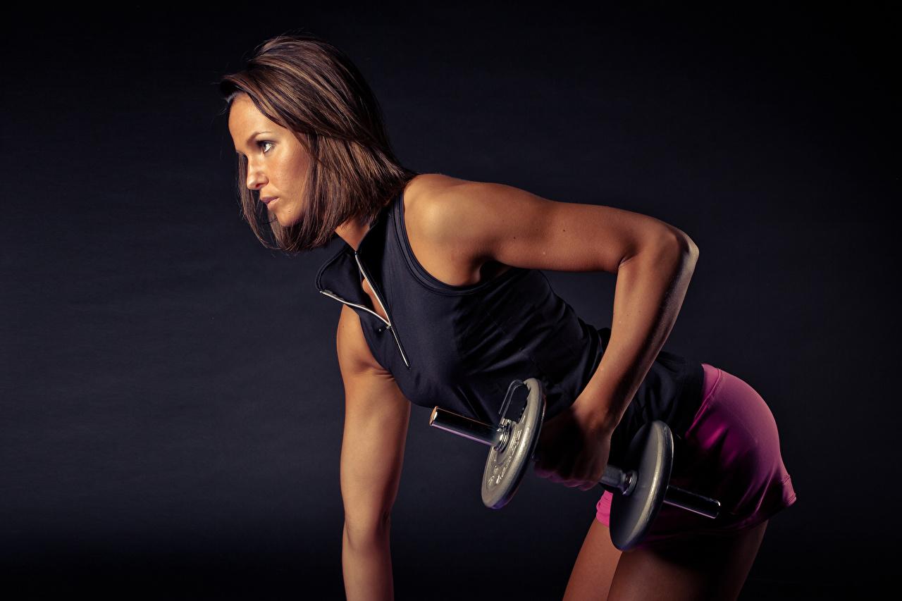 Achtergronden Bruin haar vrouw fysieke training Fitness Dumbbell Jonge vrouwen hand Zijaanzicht Lichaamsbeweging Dumbbells jonge vrouw Handen