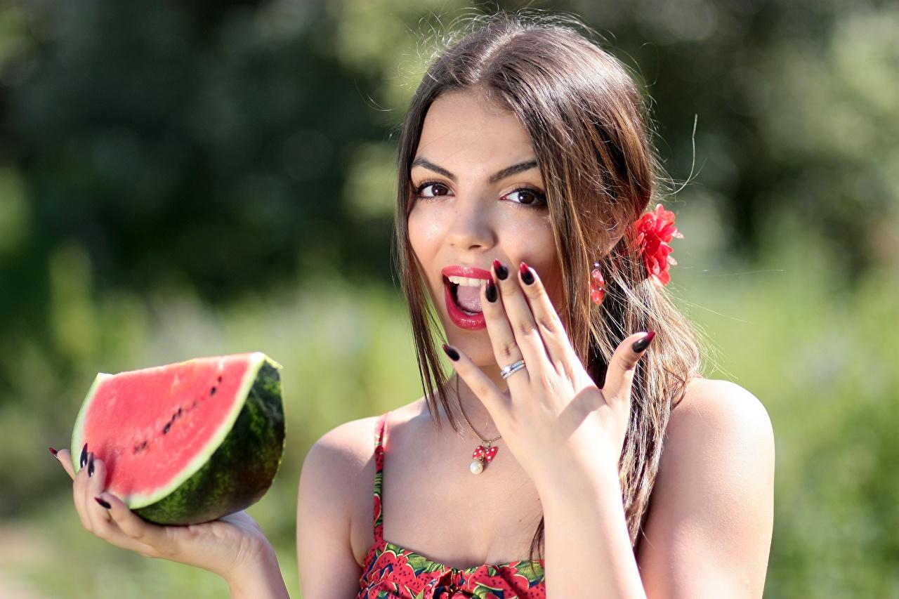 Foto Braune Haare Maniküre Staunen Mädchens Wassermelonen Hand Beere Starren Braunhaarige Erstaunen überrascht überraschte überraschtes überraschter Überraschung Blick