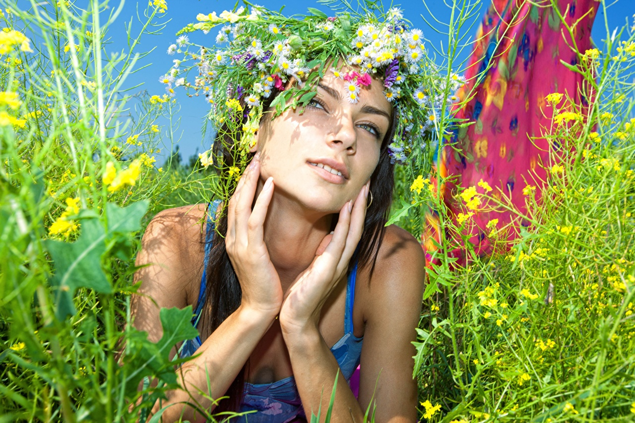 Photo laying Girls Summer Wreath Grass Hands Staring esting Lying down female young woman Glance