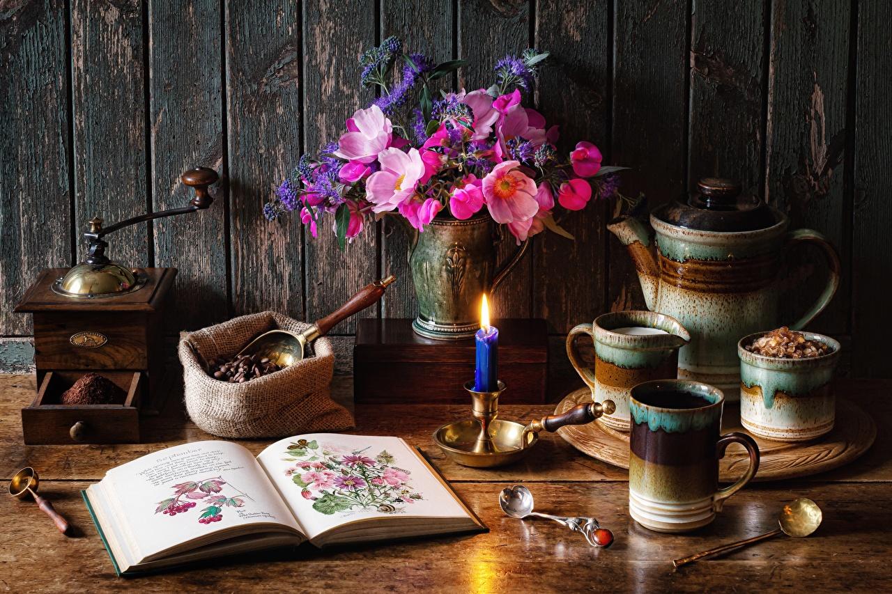 Fotos Kaffeemühle Sträuße Kaffee Buch Vase Kerzen Becher Löffel Stillleben Blumensträuße Bücher