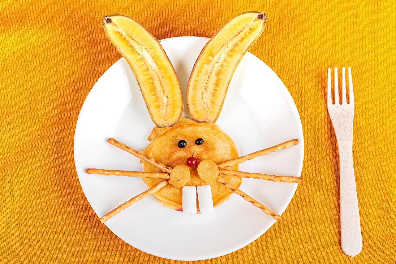 Обои для рабочего стола кролик Блины Бананы креативные вилки Тарелка Продукты питания Цветной фон Кролики Креатив оригинальные Еда Пища тарелке Вилка столовая