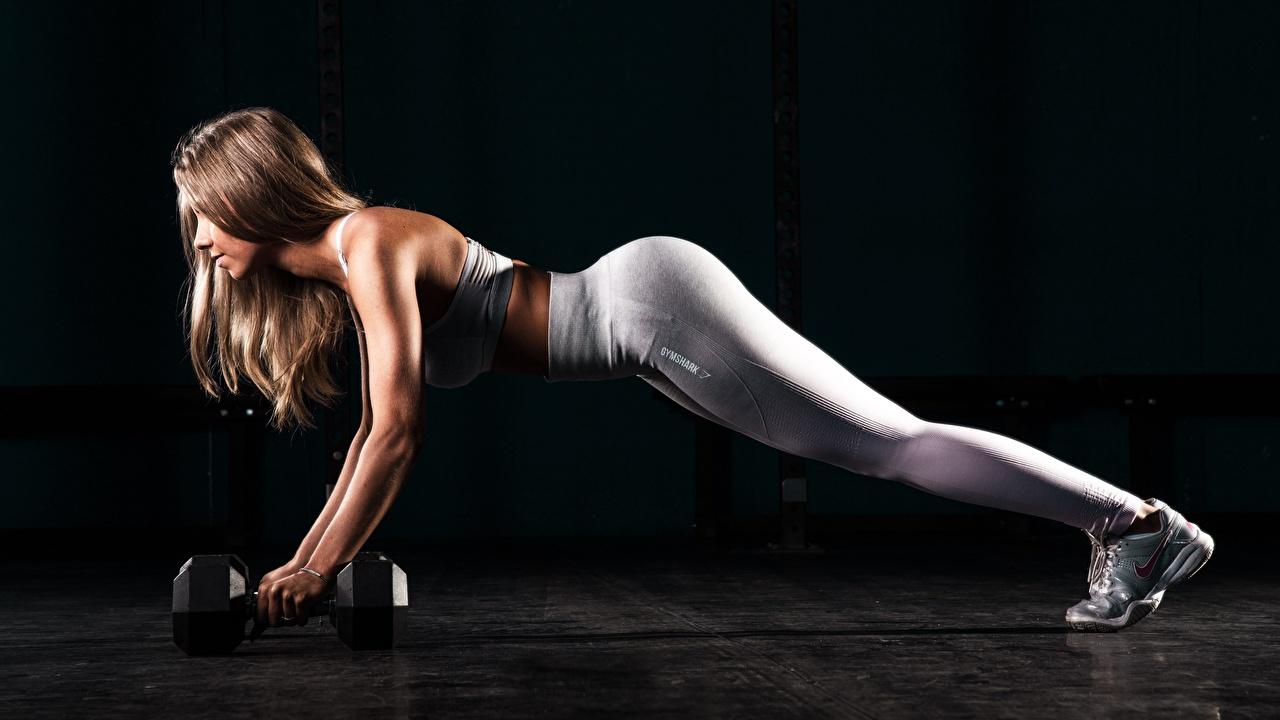 Achtergrond jonge vrouw Opdrukken Bruin haar vrouw Fitness Planking Dumbbells atletisch Benen Handen Uniform Jonge vrouwen Sport Dumbbell hand