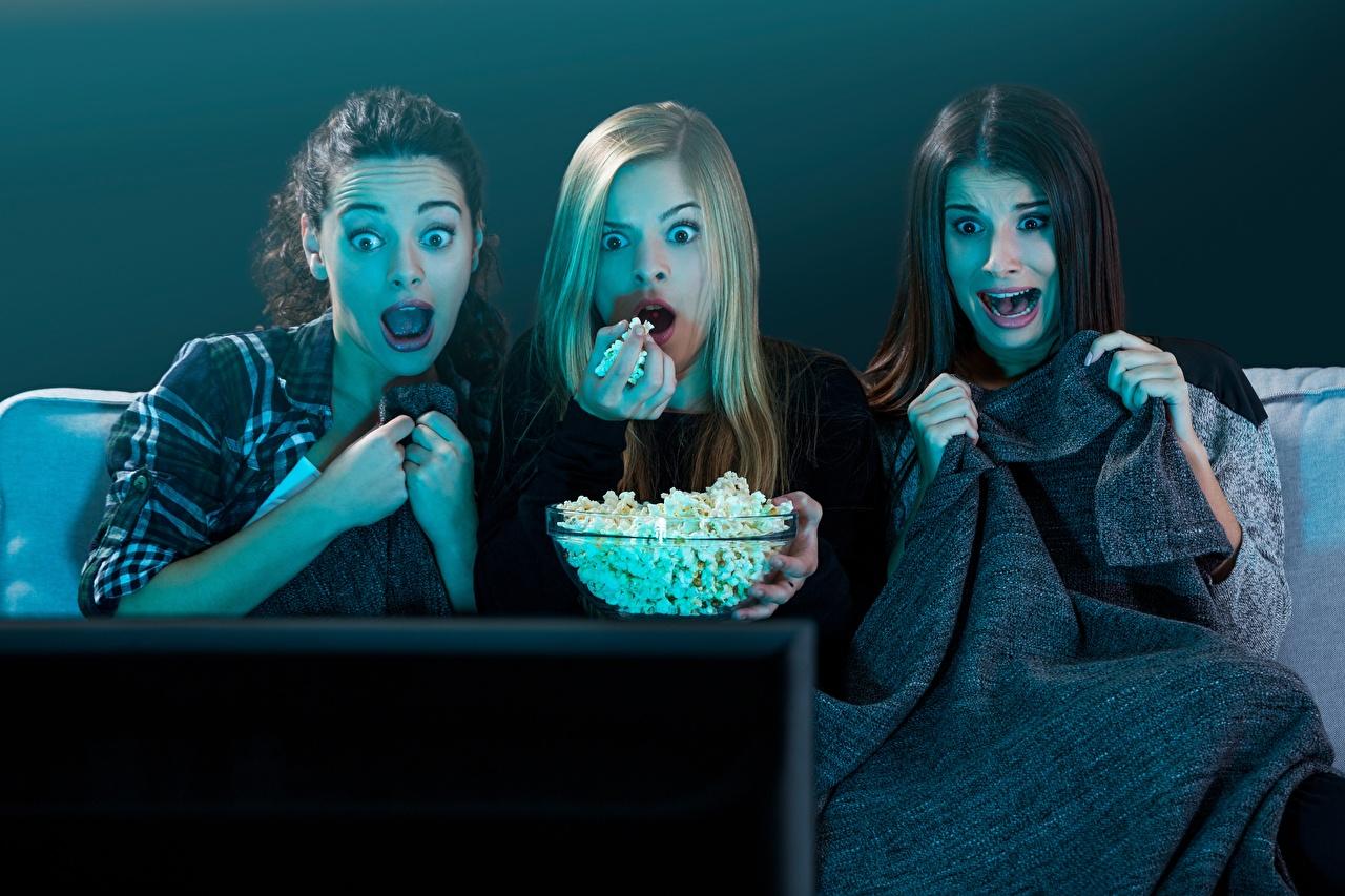 Desktop Hintergrundbilder Angst Puffmais Mädchens Drei 3 Fernsehgerät Starren Furcht erschrecken Popcorn junge frau junge Frauen fernseher Blick