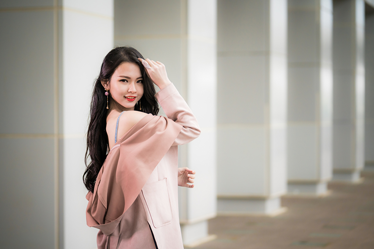 Bilder Brünette Bokeh junge Frauen Asiatische Starren unscharfer Hintergrund Mädchens junge frau Asiaten asiatisches Blick