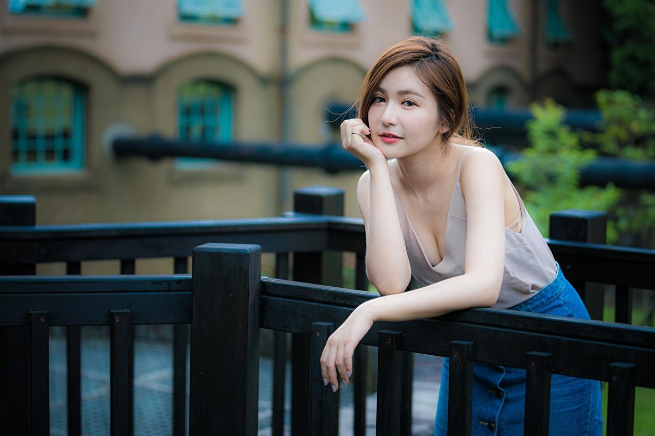 Foto's Bruin haar vrouw Bokeh poseren Jonge vrouwen Aziaten hand onscherpe achtergrond Pose jonge vrouw aziatisch Handen