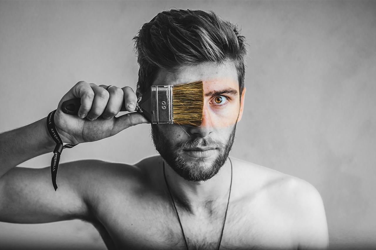 Fotos von Mann Pinsel originelle Hand Starren Grauer Hintergrund Kreativ kreative Blick