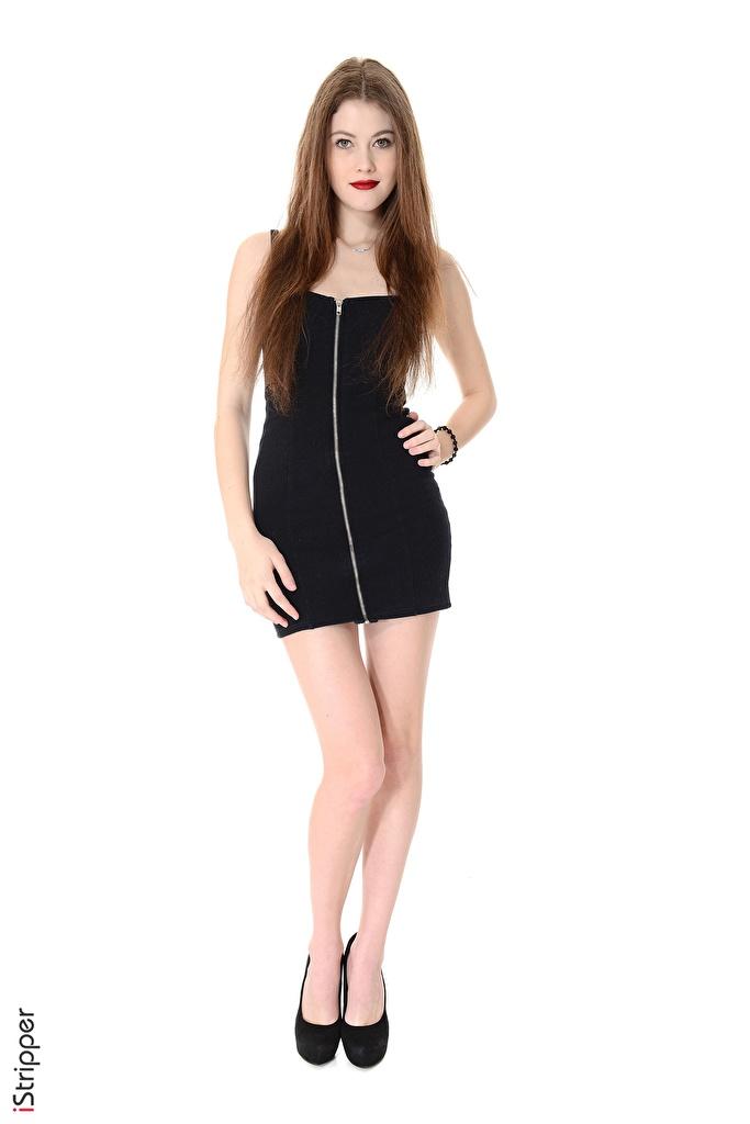 Foto Heidi Romanova Braunhaarige iStripper Pose Mädchens Bein Hand Weißer hintergrund Kleid High Heels  für Handy Braune Haare posiert junge frau junge Frauen Stöckelschuh