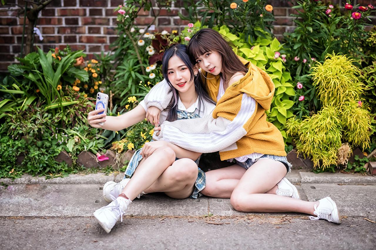 Asiatique Deux S'asseyant Câlin Selfie jeune femme, jeunes femmes, asiatiques, embrasser, embrasse, assise, assis, assises, 2 Filles