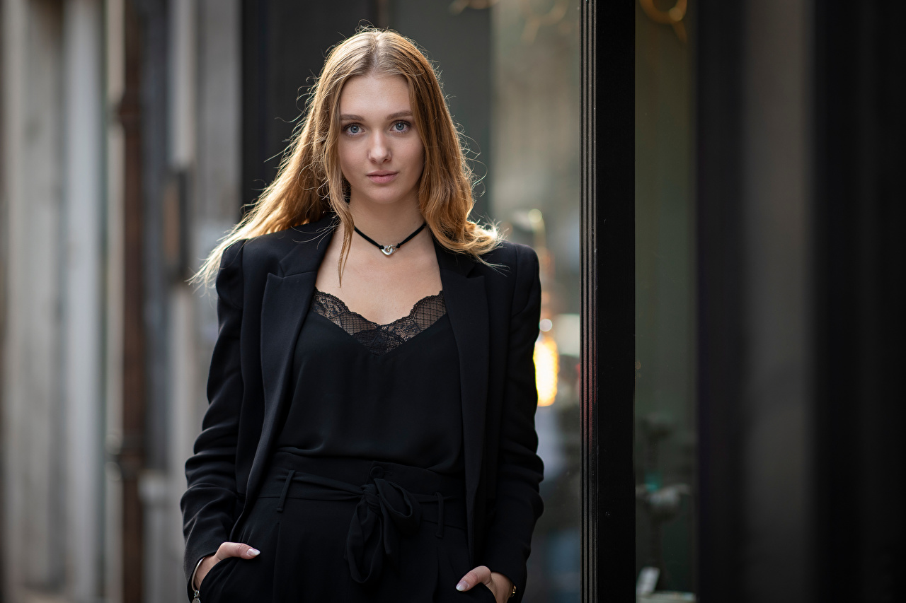 Foto Brunhårig tjej Bokeh ung kvinna Blick suddig bakgrund Unga kvinnor ser