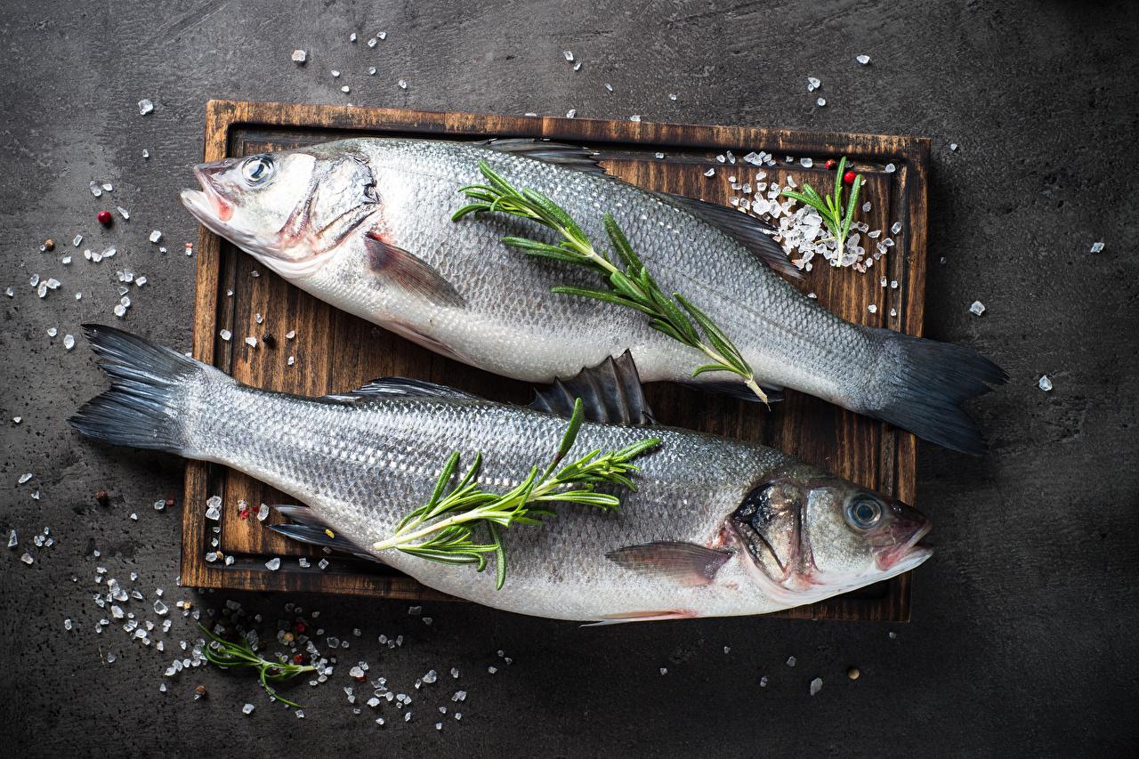 Fotos 2 Salz Fische - Lebensmittel das Essen Schneidebrett Zwei Lebensmittel