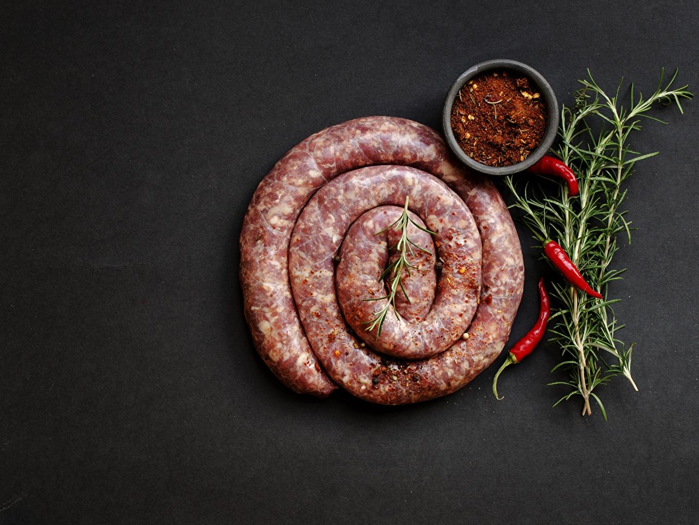 Desktop Hintergrundbilder Wurst Chili Pfeffer Gewürze Lebensmittel Grauer Hintergrund das Essen