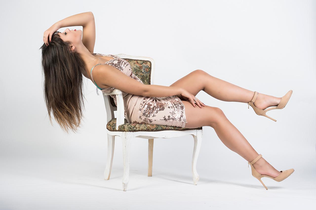 Fotos von Vittoria Pose junge Frauen Bein Stuhl sitzen Kleid High Heels posiert Mädchens junge frau sitzt Stühle Sitzend Stöckelschuh