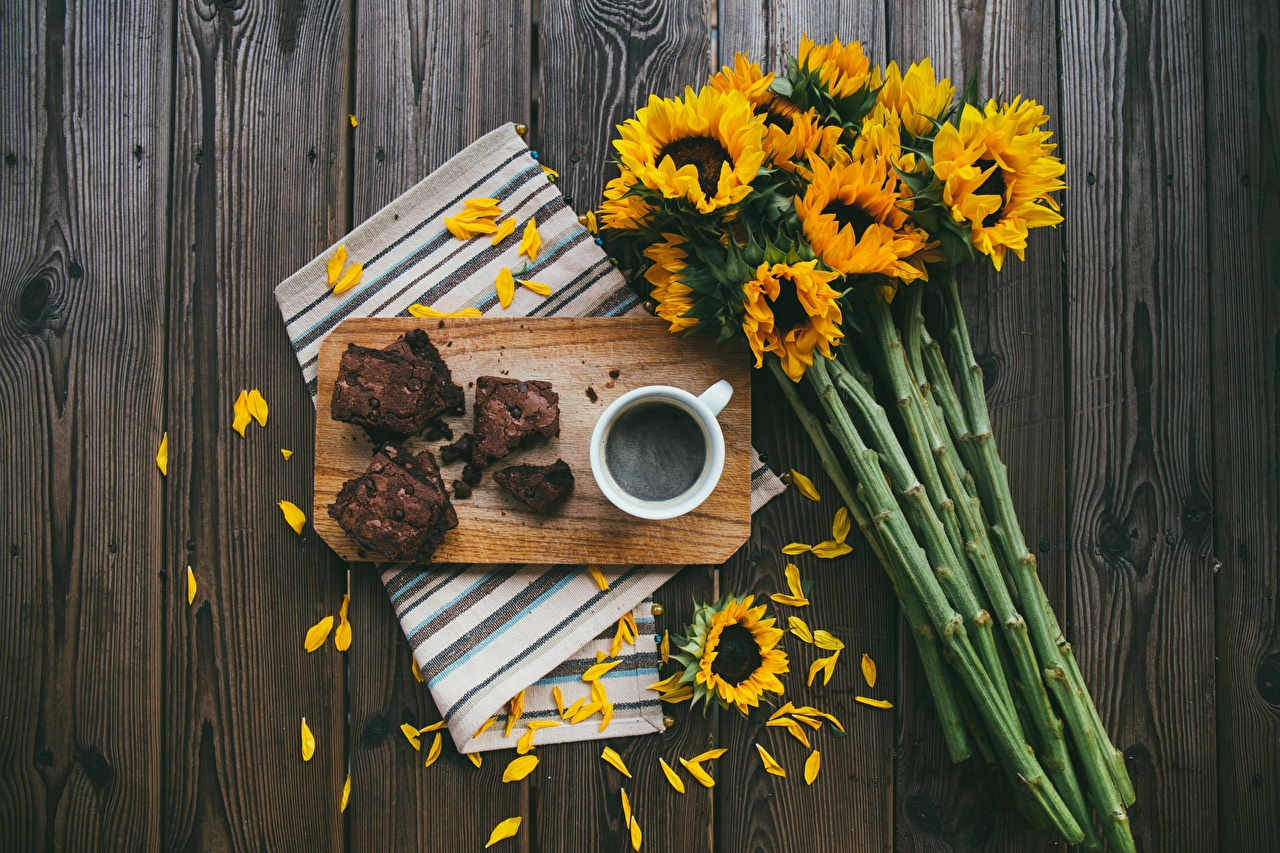 Photos Pie bouquet Coffee Petals pieces Helianthus Food Cutting board Bouquets Piece Sunflowers
