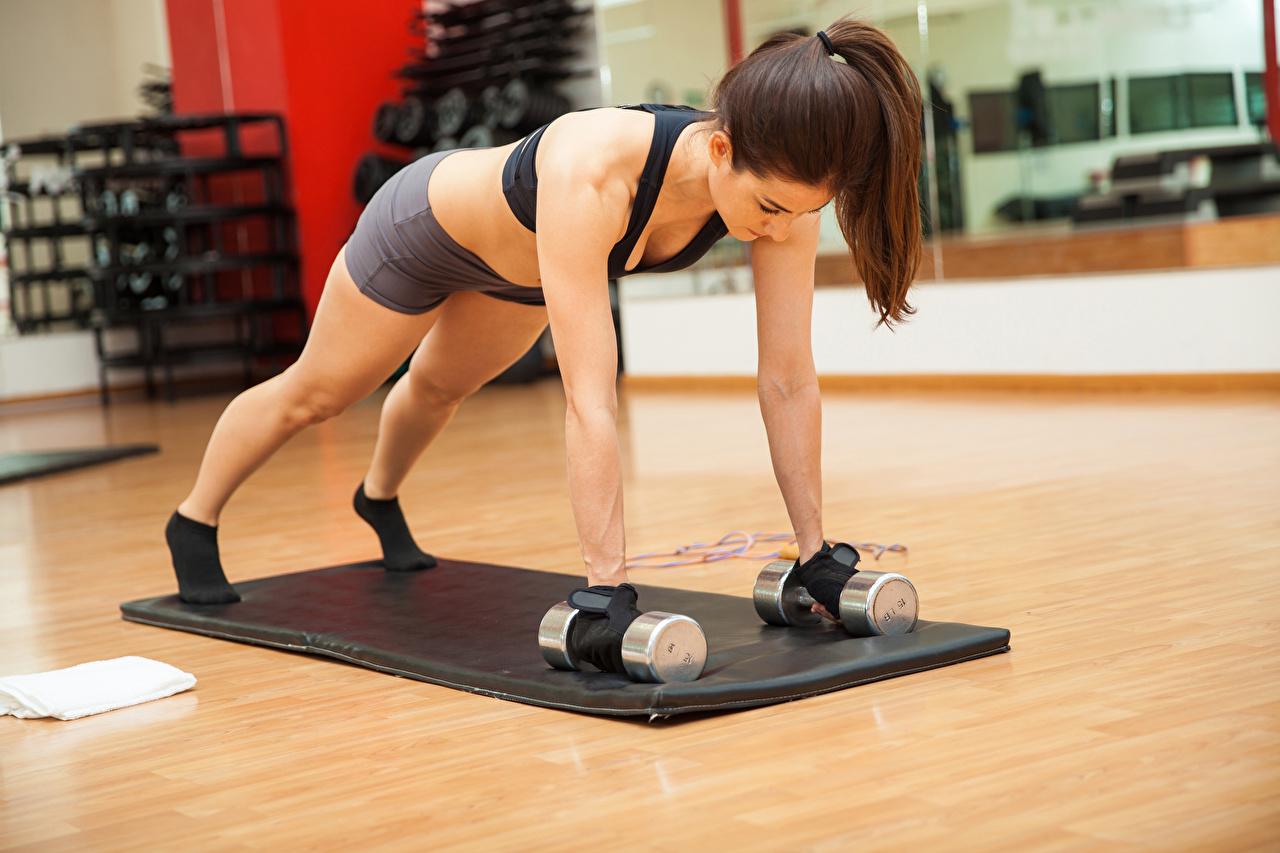 Foto Braune Haare Trainieren Fitness Sport Hantel junge Frauen Hand Braunhaarige Körperliche Aktivität Hanteln Mädchens junge frau sportliches