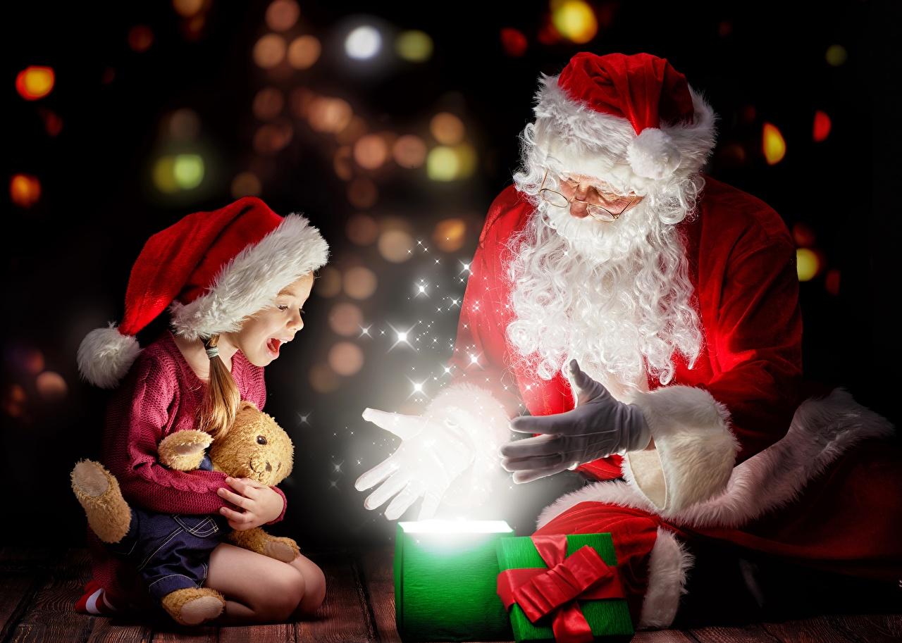Fotos Kleine Mädchen Magie Neujahr Freude Kinder Zwei Mütze Weihnachtsmann Geschenke Brille Sitzend Schleife Glücklich 2 sitzt sitzen