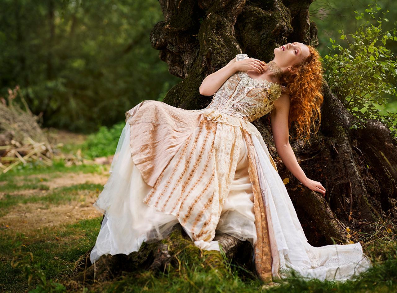 Fotos Rotschopf Liegt Lockige antik Mädchens Kleid ruhen Liegen hinlegen locken Retro junge frau junge Frauen