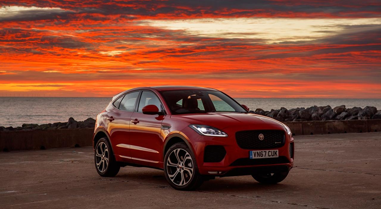 Desktop Hintergrundbilder Jaguar Softroader E-Pace, R-Dynamic First Edition, UK-spec, 2017 Rot Sonnenaufgänge und Sonnenuntergänge auto Crossover Morgendämmerung und Sonnenuntergang Autos automobil