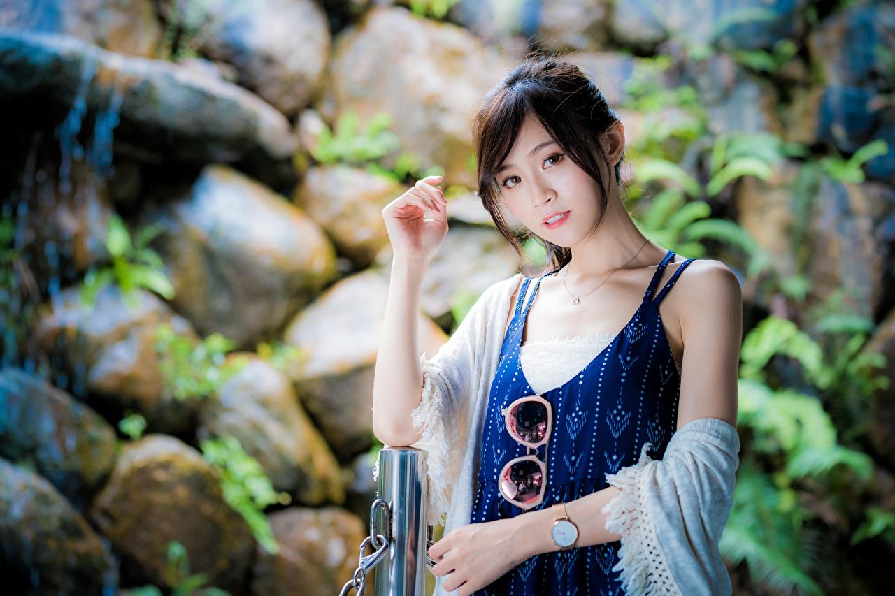 Fotos Braune Haare unscharfer Hintergrund junge frau asiatisches Hand Brille Starren Braunhaarige Bokeh Mädchens junge Frauen Asiaten Asiatische Blick
