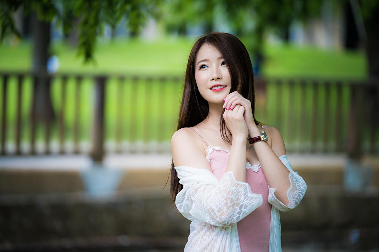 Bilder Braunhaarige Lächeln Bokeh junge frau asiatisches Hand Starren Braune Haare unscharfer Hintergrund Mädchens junge Frauen Asiaten Asiatische Blick