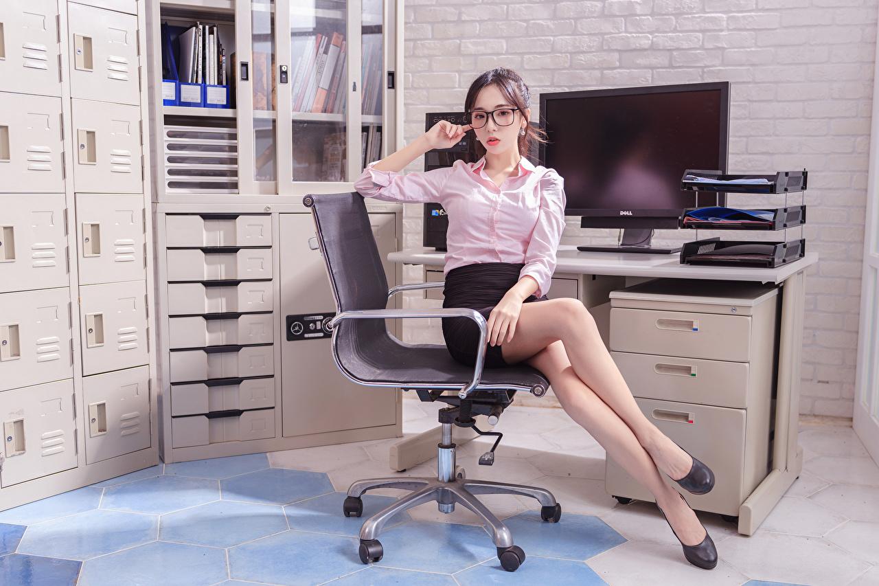 ,亚洲人,女秘书,辦公室,安乐椅,坐,腿,裙,罩衫,眼鏡,凝视,年輕女性,女孩,