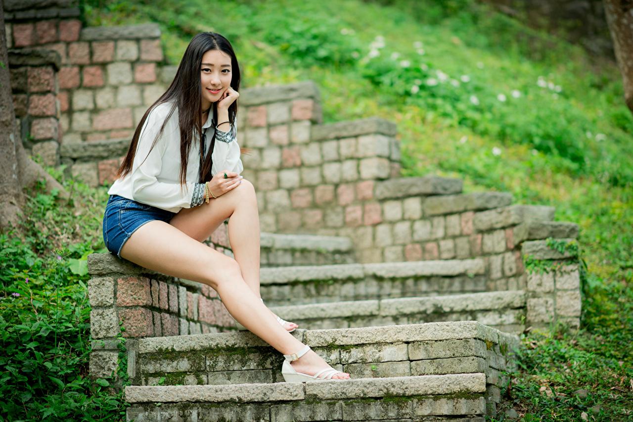 Foto Brünette Treppe junge frau Bein Asiatische Shorts Sitzend Blick Stiege Treppen Mädchens junge Frauen Asiaten asiatisches sitzt sitzen Starren