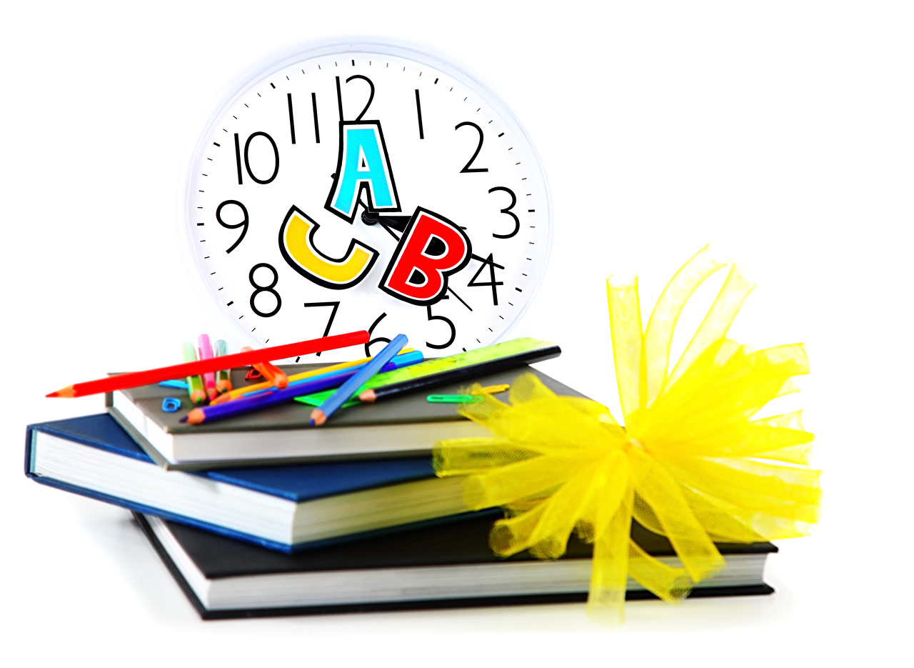 Sfondi del desktop Scuola Matita Orologio Libro Sfondo bianco matite libri
