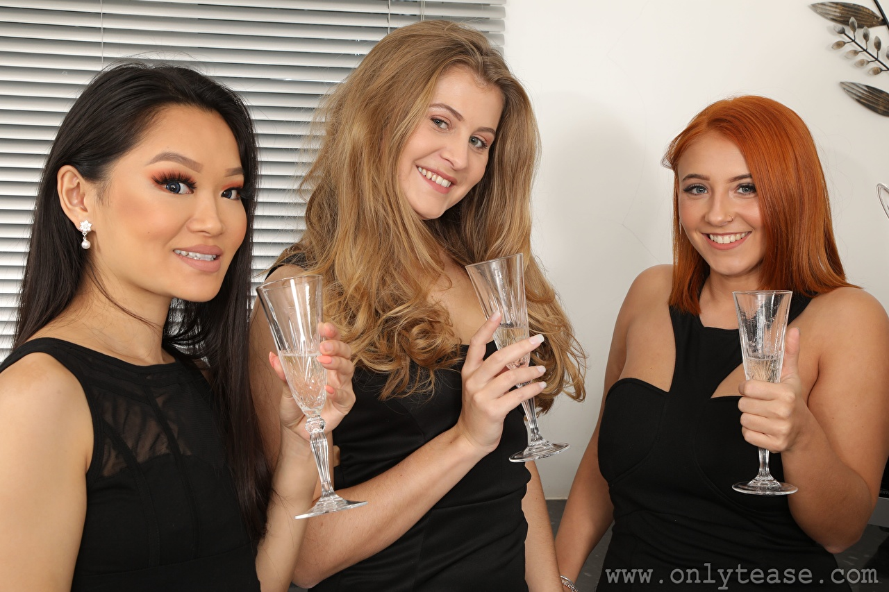 Fotos Robyn J Lucy Ava Louisa Lu Brünette Rotschopf Dunkelbraun Lächeln junge frau Hand Drei 3 Weinglas Starren Mädchens junge Frauen Blick