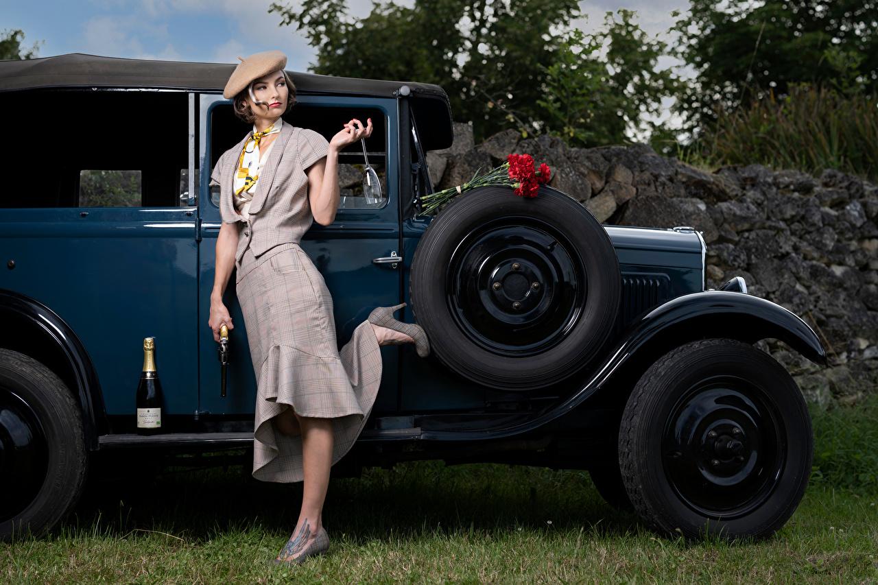 Bilder von Pistole Alena, gangsters Pose Blumensträuße Retro Mädchens Champagner Nelken Autos Weinglas Pistolen posiert Sträuße antik Schaumwein junge frau junge Frauen auto automobil