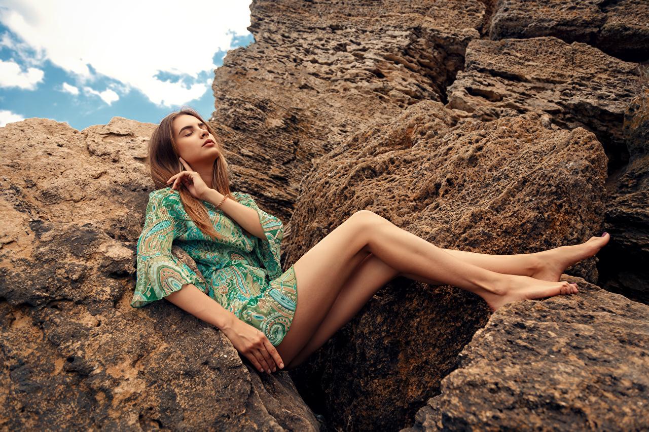 Fotos Mädchens Viacheslav Krivonos Alisa Bein Kleid Model Steine Sitzend junge frau junge Frauen Stein sitzt sitzen