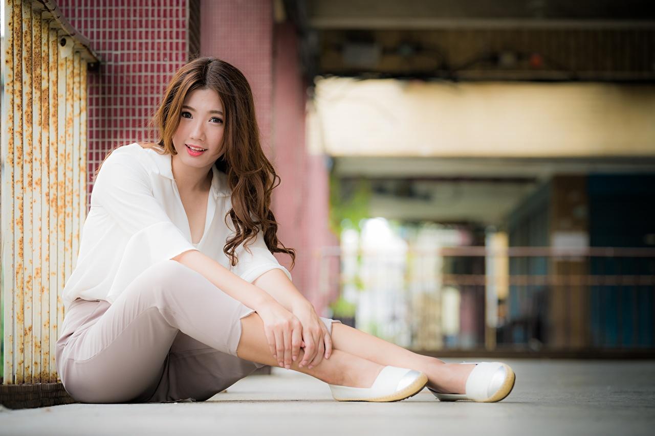 Bilder Braune Haare Lächeln Bokeh Süß junge Frauen Bein Asiatische Hand Braunhaarige unscharfer Hintergrund nett süße süßer süßes niedlich Mädchens junge frau Asiaten asiatisches