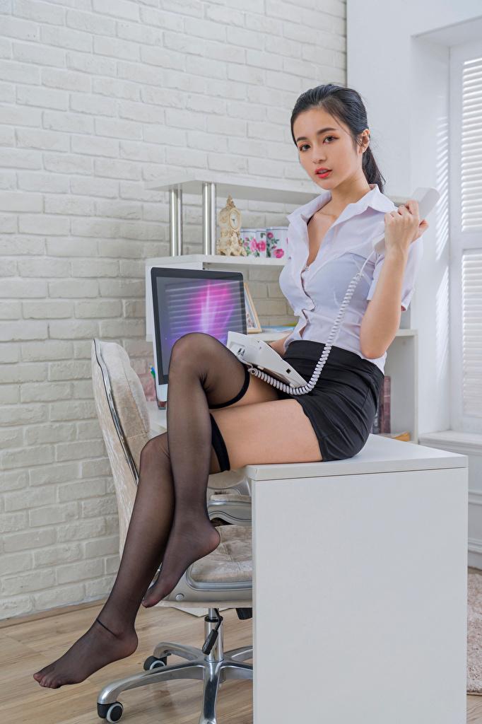 Bilder von Rock Long Socken Sekretärinen Bluse Telefon Mädchens Bein asiatisches Tisch Sitzend Büro  für Handy junge frau junge Frauen Asiaten Asiatische sitzt sitzen