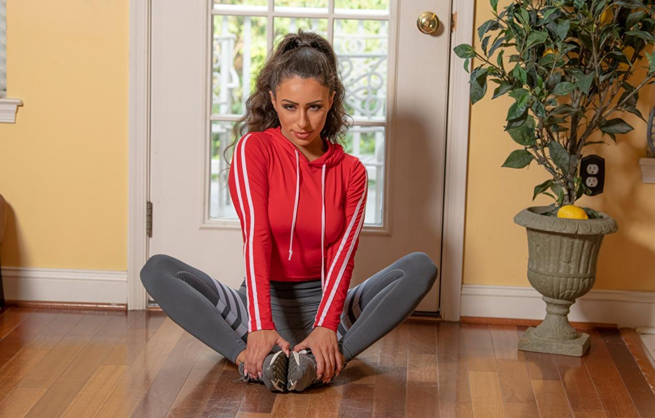 Achtergrond Bruin haar vrouw Serena Banks Fitness Jonge vrouwen Benen Handen Uniform zittend jonge vrouw hand Zitten