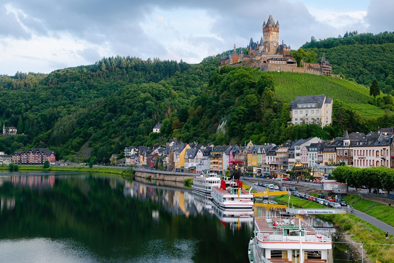 Achtergronden Cochem Duitsland Moselle river, Rhineland-Palatinate Burcht heuvels Rivierschepen Rivieren Steden Een heuvel rivier een stad