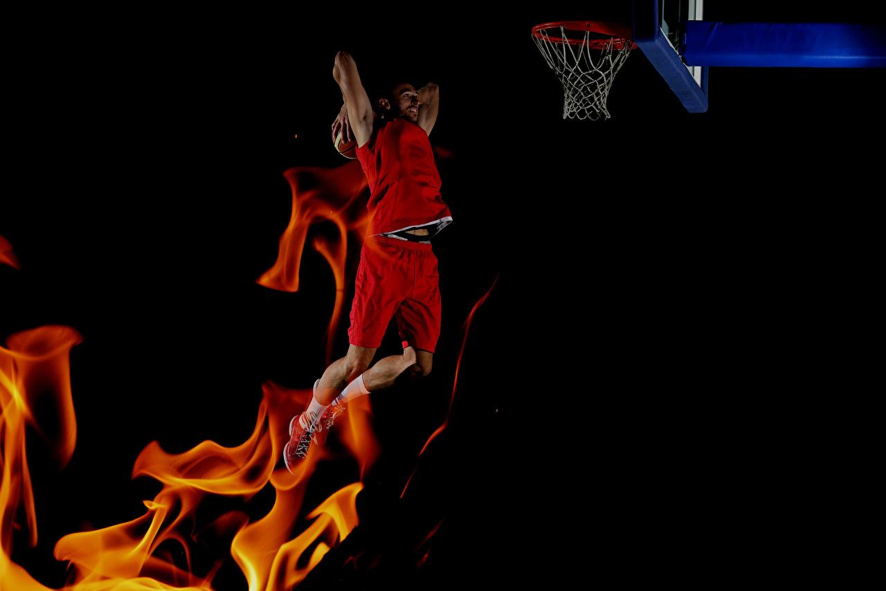 Bilder Mann Basketball sportliches Sprung Flamme Schwarzer Hintergrund Sport Feuer