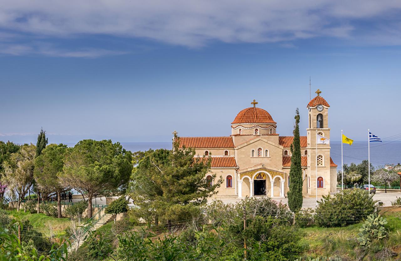 Foto's Kerkgebouw Agios Raphael Church Pachyammos Cyprus Tempel Bomen Steden kerk Een boom een stad