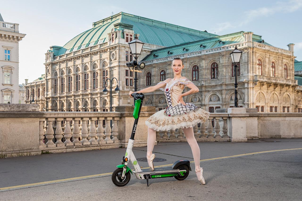 Обои для рабочего стола Балет Anastasia, Kick scooter позирует Девушки Уличные фонари Здания балета балете Поза девушка молодая женщина молодые женщины Дома