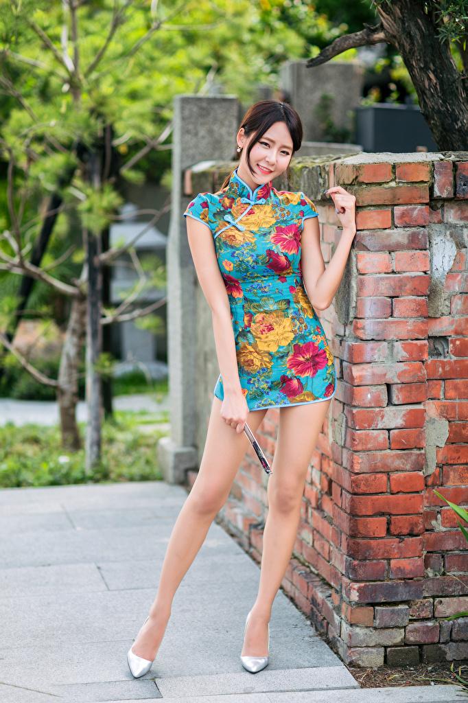 Afbeelding Glimlach Pose Jonge vrouwen Benen aziatisch Kijkt Jurk  voor Mobiele telefoon poseren jonge vrouw Aziaten
