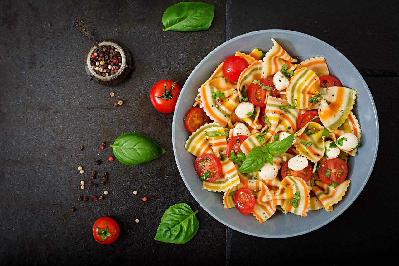 Foto Tomaten Makkaroni Königskraut Schwarzer Pfeffer Lebensmittel Tomate Basilikum Basilienkraut das Essen